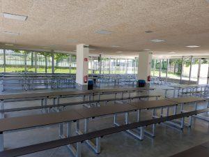 Fotografía de bancos y mesas