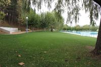 Fotografía de la zona verde de las piscinas