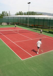 Personas jugando a tenis