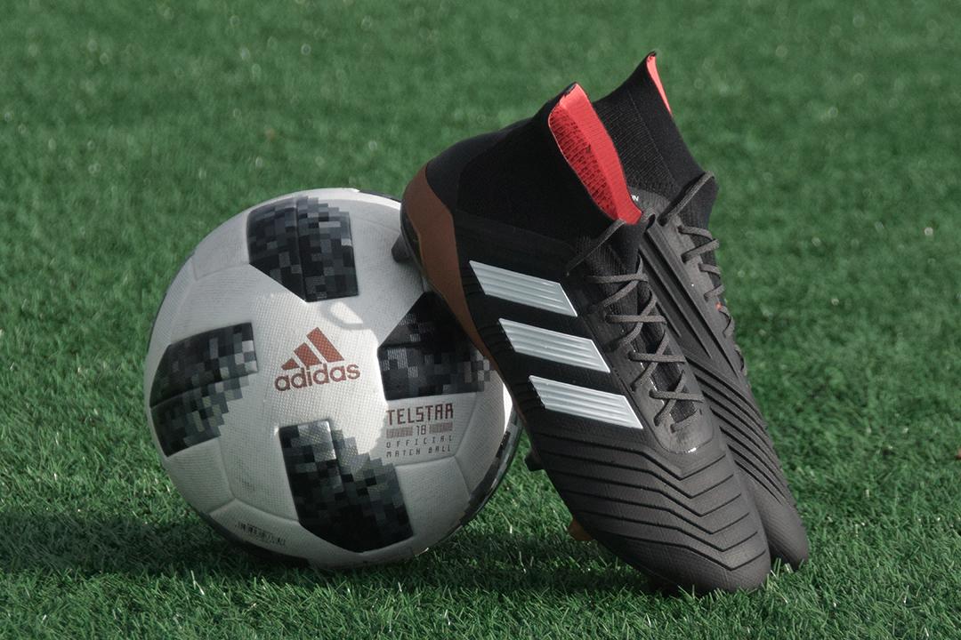 Un balón con unas botas de fútbol