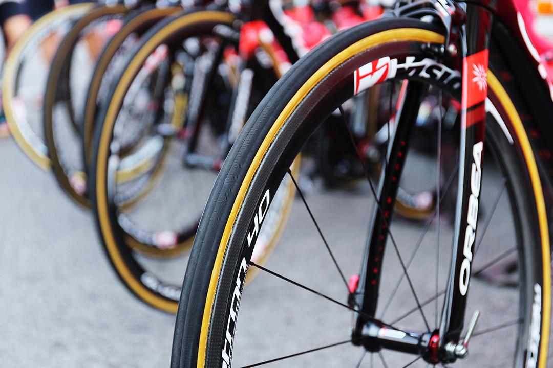 Fotografía de las ruedas de unas bicis